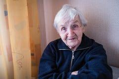 Close-up do retrato de uma mulher idosa idosa fotografia de stock royalty free
