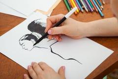 Close up do retrato do ` s da mulher do desenho na mesa imagem de stock royalty free