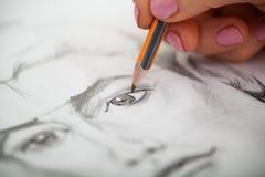 Close up do retrato do ` s do homem do desenho na mesa imagem de stock royalty free
