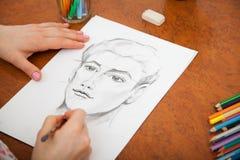 Close up do retrato do ` s do homem do desenho na mesa imagem de stock