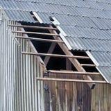 Close up do revestimento danificado do telhado do cimento de asbesto fotografia de stock royalty free