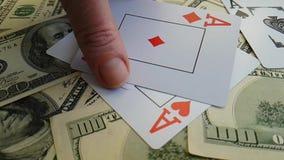 Close up do risco da oportunidade da possibilidade da fortuna do fundo dos dólares do jogo de cartão vídeos de arquivo