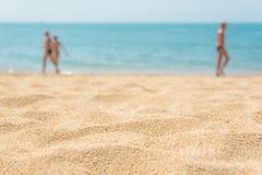 Close up do Sandy Beach com o mar azul do borrão atrás Fotografia de Stock Royalty Free