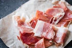 Close up do serrano espanhol do jamon do presunto ou do crudo italiano do prosciutto imagem de stock royalty free