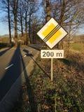 Close-up do sinal que indica a extremidade da estrada da prioridade imagem de stock