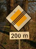 Close-up do sinal que indica a extremidade da estrada da prioridade imagem de stock royalty free