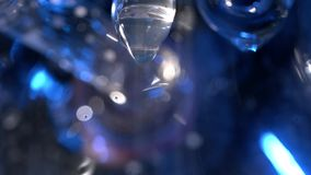 Close up do sincelo de derretimento com uma gota de suspensão Sincelo congelado com gota da água no macro Sincelos de derretiment vídeos de arquivo