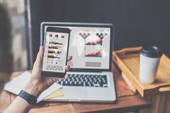 Close up do smartphone com gráficos, cartas e diagramas na tela na mão fêmea do ` s fotos de stock