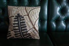 Close-up do sofá do couro do vintage fotos de stock royalty free