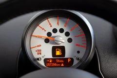 Close up do tacômetro retroiluminado incluído do computador a bordo do sensor com seta vermelha e números e símbolos alaranjados  imagem de stock royalty free
