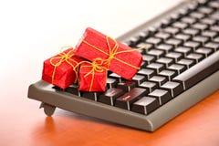 Close-up do teclado com presentes de Natal minúsculos fotografia de stock