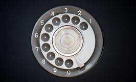 Close up do telefone retro preto do vintage com discador ou a seletor-almofada giratória foto de stock royalty free