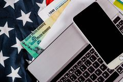 Close up do tempo do imposto de U S declaração de rendimentos 1040 com bandeira dos E.U. e para abril imagens de stock royalty free