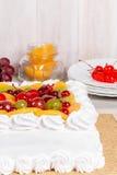 Close-up do tiro do bolo branco do fruto Imagens de Stock Royalty Free