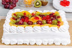 Close-up do tiro do bolo branco do fruto Fotografia de Stock Royalty Free