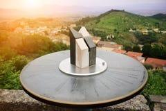 Close-up do toposcope de mármore com paisagem de Toscana do italiano Indicador de sentido Sistema de navegação Tempo do por do so imagens de stock royalty free