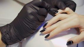 Close-up do tratamento de mãos do processo vídeos de arquivo