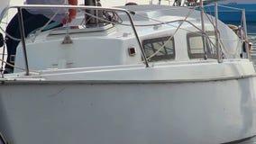 Close up do veleiro que passa perto, vela, navigação, esporte extremo video estoque