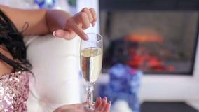 Close-up do vidro do champanhe nas mãos do ` s da menina filme