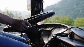 Close-up do volante do ônibus As mãos do ` s do motorista guardam o volante vídeos de arquivo