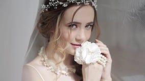 Close-up donkerbruine bruid met het kapsel en de make-up van het manierhuwelijk stock footage
