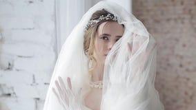 Close-up donkerbruine bruid met het kapsel en de make-up van het manierhuwelijk stock videobeelden