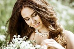 Close-up donkerbruine bruid met het kapsel en de make-up van het manierhuwelijk Royalty-vrije Stock Foto's