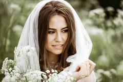 Close-up donkerbruine bruid met het kapsel en de make-up van het manierhuwelijk Stock Afbeeldingen