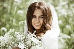Close-up donkerbruine bruid met het kapsel en de make-up van het manierhuwelijk Stock Foto