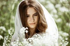 Close-up donkerbruine bruid met het kapsel en de make-up van het manierhuwelijk Royalty-vrije Stock Afbeelding