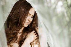 Close-up donkerbruine bruid met het kapsel en de make-up van het manierhuwelijk Royalty-vrije Stock Fotografie
