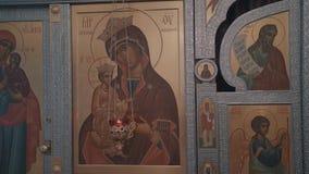 Close-up dos ?cones na parede em Christian Church ortodoxo A c?mera est? no movimento filme