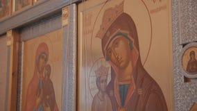 Close-up dos ?cones ortodoxos que penduram na parede em Christian Church filme