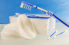 Close up dos artigos da higiene dos banheiros de uma revisão completa Fotos de Stock