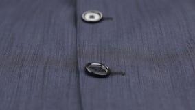 Close-up dos botões em um terno azul Tiro da zorra video estoque