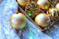Close-up dos brinquedos do Natal na caixa Decorações na cor do ouro, o conceito do Natal do Natal, ano novo fotografia de stock royalty free