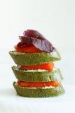 Close-up dos canapes com pão dos salmões, da manjericão e dos espinafres Foto de Stock Royalty Free