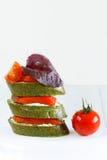 Close-up dos canapes com salmões, manjericão e tomate Imagem de Stock