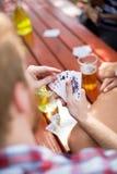 Close-up dos cartões na mão dos indivíduos Imagem de Stock