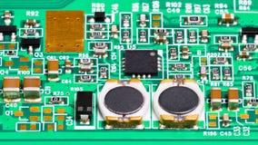 Close-up dos componentes eletrônicos Bobinas, resistores, capacitores, transistor e microplaqueta imagem de stock royalty free