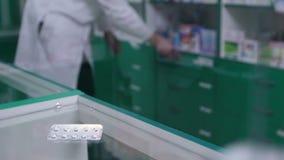 Close-up dos comprimidos no bloco de bolha que encontra-se no contador filme