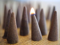 Close up dos cones do incenso - um cone iluminado Fotos de Stock Royalty Free