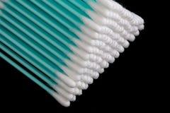 Close up dos cotonetes de algodão em um fundo preto Fotos de Stock Royalty Free