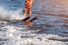 Close up dos esquis de água da equitação da mulher partes do corpo sem uma cara Esqui aquático do atleta e divertimento ter Viven Foto de Stock Royalty Free