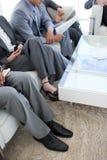 Close-up dos executivos em uma sala de espera imagem de stock