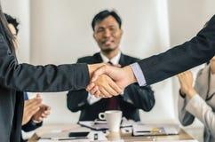 Close up dos executivos que agitam as mãos, terminando acima uma reunião Imagem de Stock Royalty Free