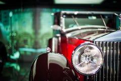 Close-up dos faróis do carro vermelho do vintage exhibition foto de stock