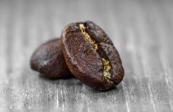 Close up dos feijões de café no fundo cinzento fotos de stock