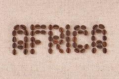 Close up dos feijões de café que dão forma à palavra África Fotos de Stock