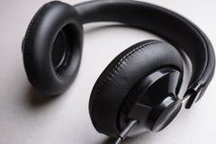 Close-up dos fones de ouvido em um fundo cinzento Imagem de Stock